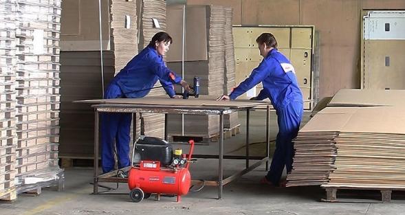 Работник продукции картонных упаковок
