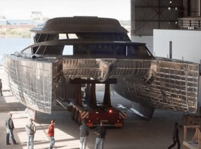 Рабочий на производство мебели для яхт
